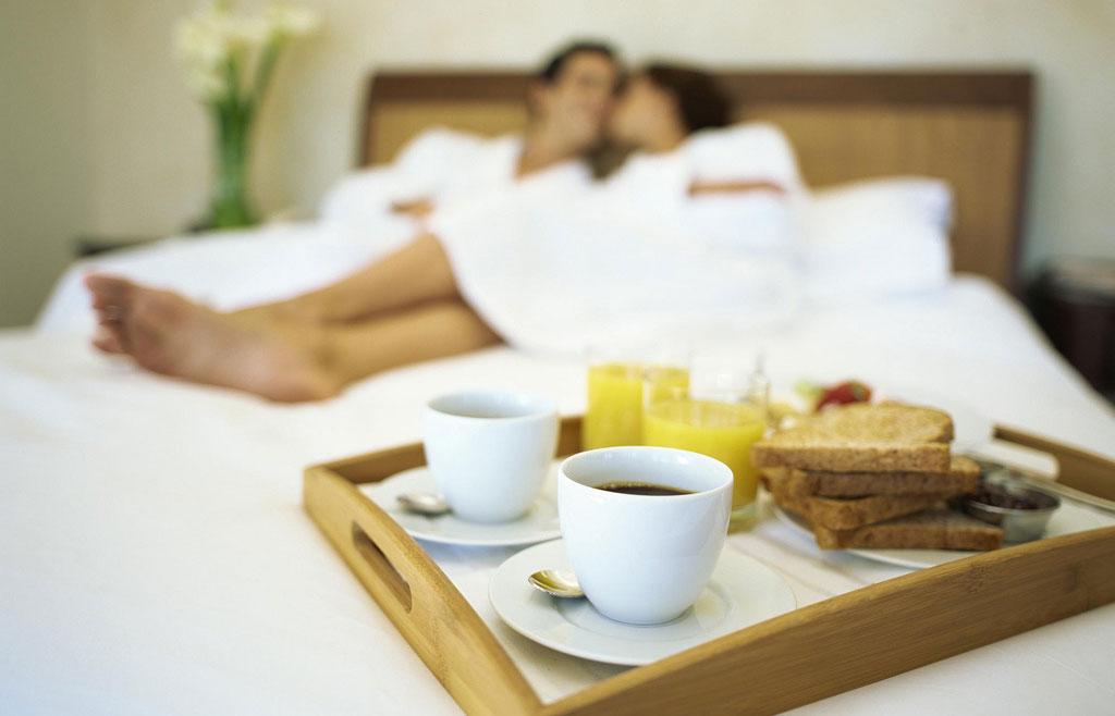Breakfast in bed photo via Flickr user Fairplex